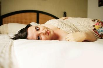 vrouw op bed